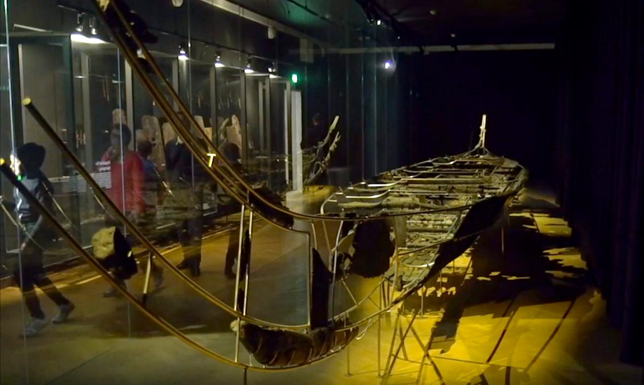 Hjortspringbåden udstillet på Nationalmuseet.