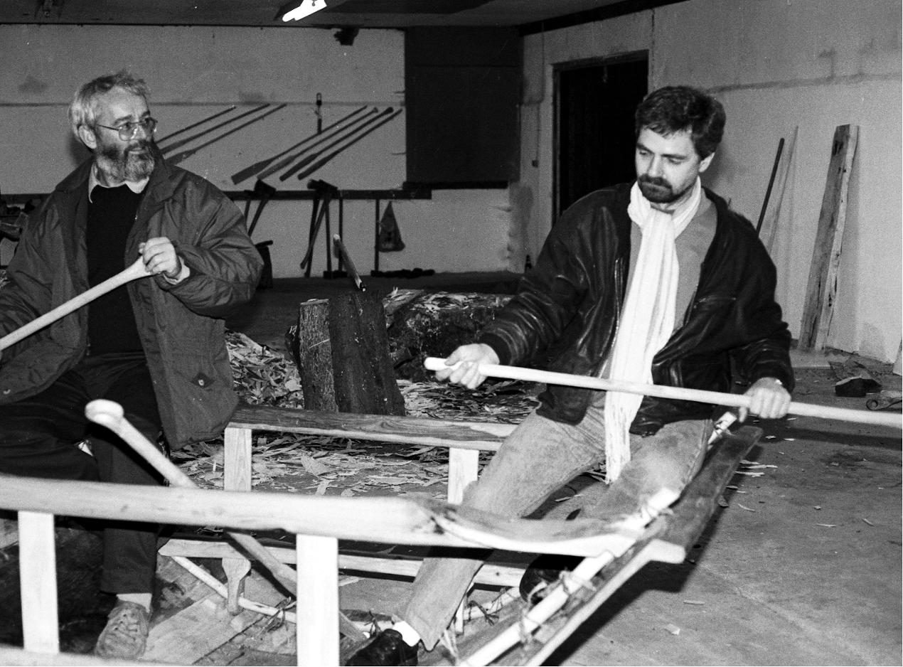 Arkæolog Flemmikng Rieck og Thorkild Thomasen fra Nationalmuseets Marinarkæologiske Undersøgelser i Roskilde vurderer prøvestykket af bådens midtersektion.
