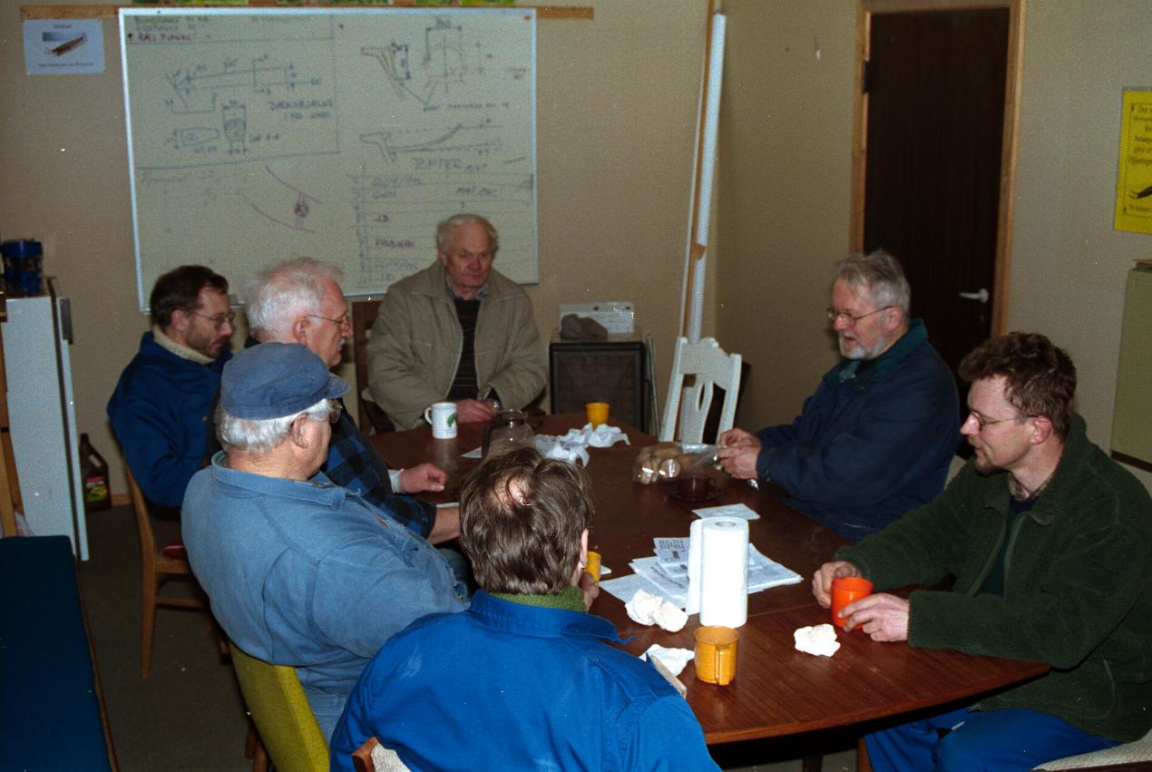 Udformningen af spantsystemerne diskuteres i en kaffepause.