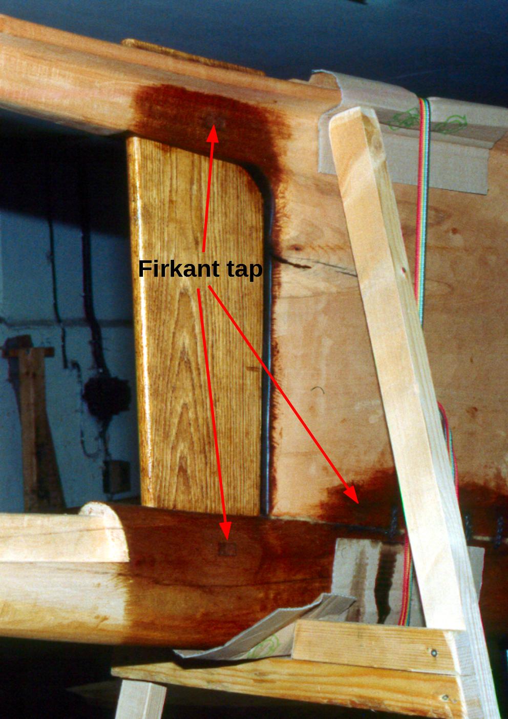 Låsetappe til sikring af stævn og bundplanke.