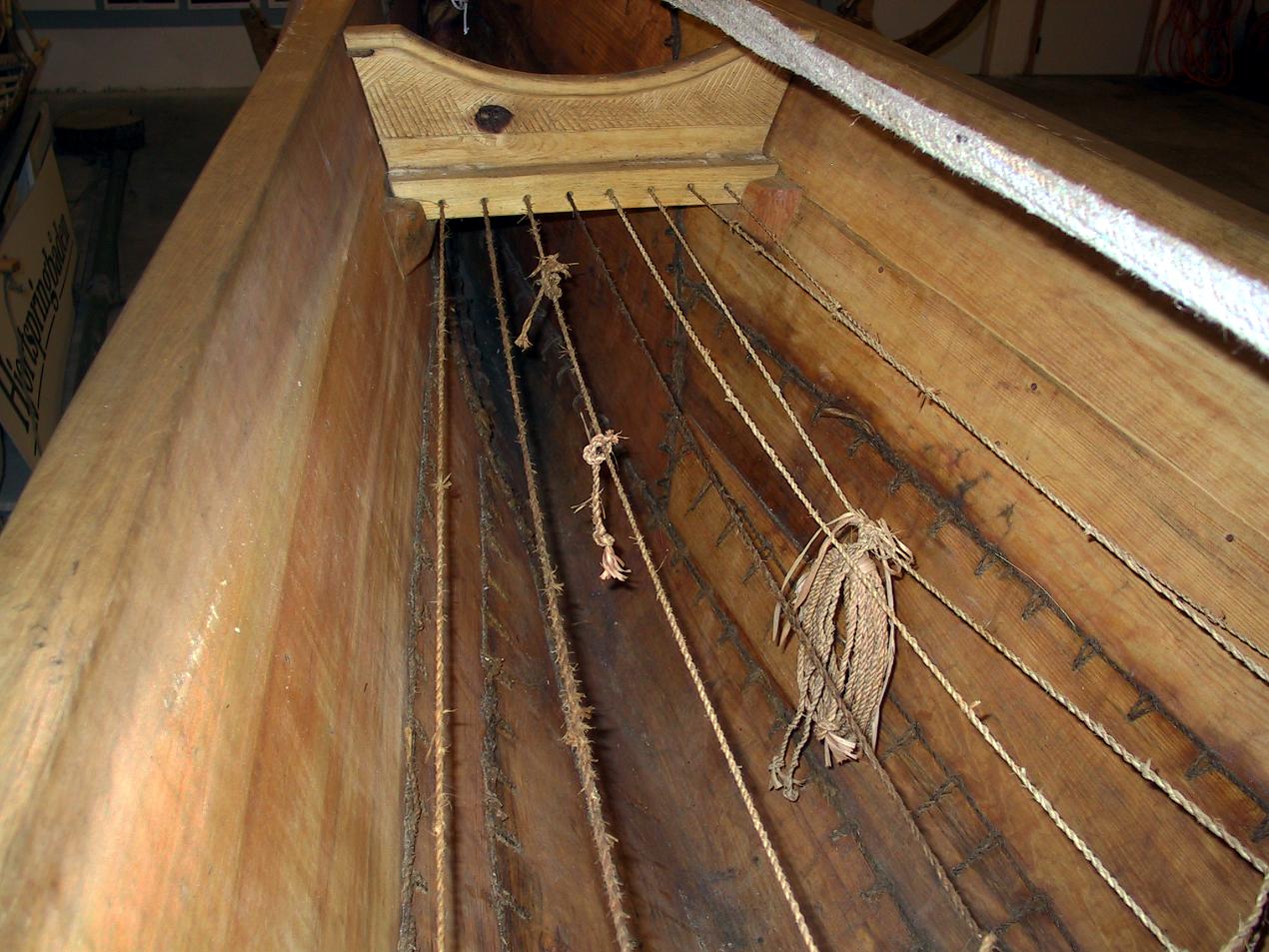 En række huller i den forreste karm langs underkanten blev anvendt til et netværk af snore, der kunne bære for eksempel reservesysnore.