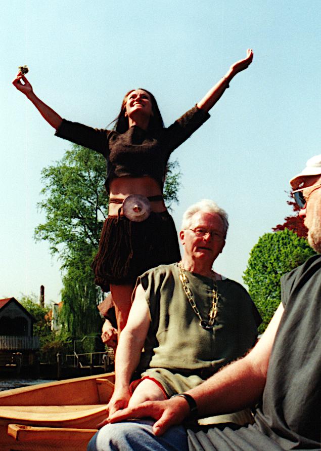 Danserinden Anni Brøgger Kjeldsen i Egtvedpigens dragt tilbeder solen på Tilia's løfting.