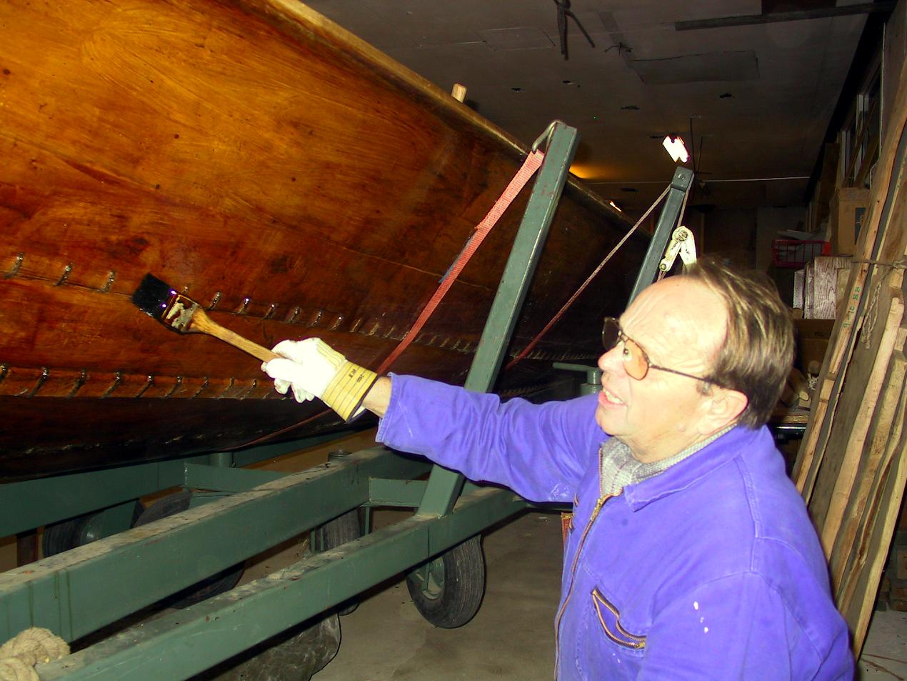 Båden tætnes med harpiks og males med trætjære.
