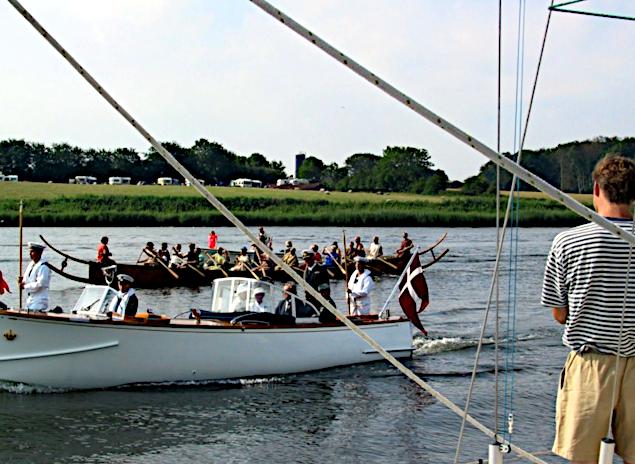 Chaluppen og Tilia på vej ind i Augustenborg havn.