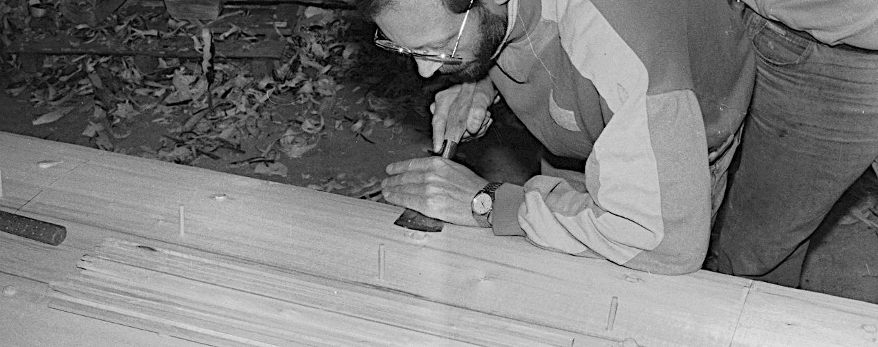Udviddelsplankerne blev fastholdt under limningen. Hullerne efter skruerne blev limet og proppet med lindedyvler.